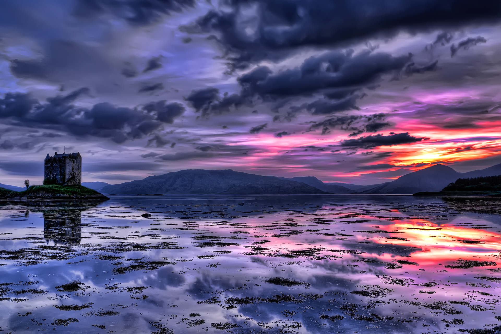 Beautiful-sunset-in-Scotland-with-Stalker-castle-in-the-background
